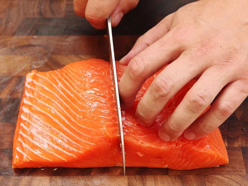 cắt đôi phần lưng cá hồi