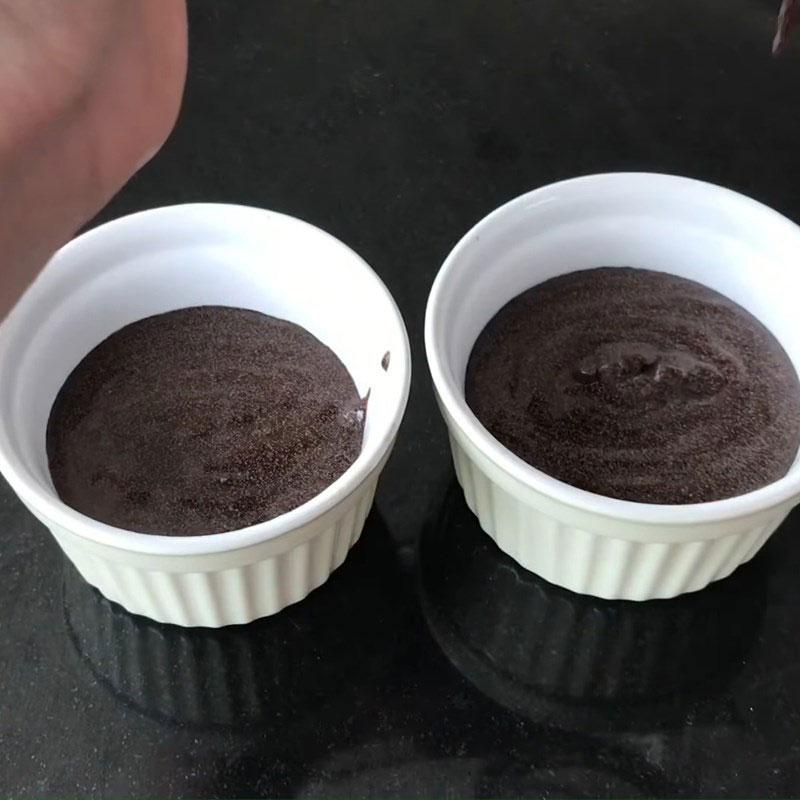 Đổ bột bánh cupcake socola vào cup