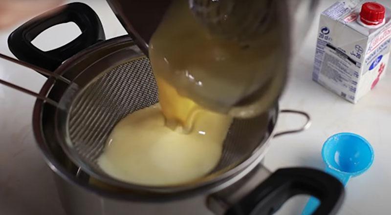 Lọc hỗn hợp phần kem trứng qua rây