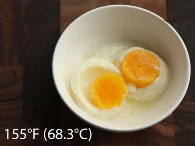 trứng nấu chậm ở nhiệt độ 155F