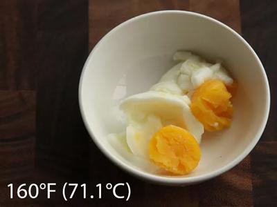 trứng nấu chậm ở nhiệt độ 160F