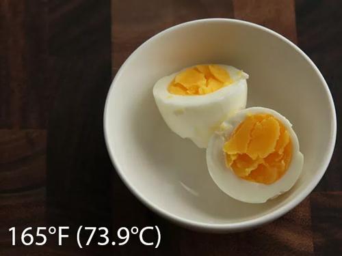 trứng nấu chậm ở nhiệt độ 165F