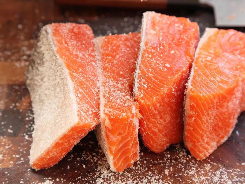 Tẩm muối cho các mặt của miếng cá hồi