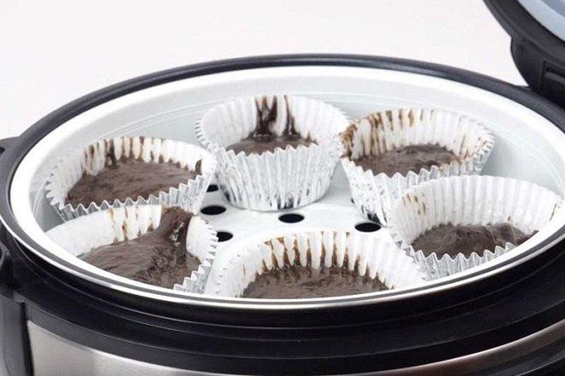 Xếp các khuôn bánh cupcake socola vào nồi cơm điện.