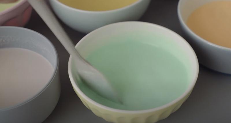 Cho phẩm màu vào các bát bột
