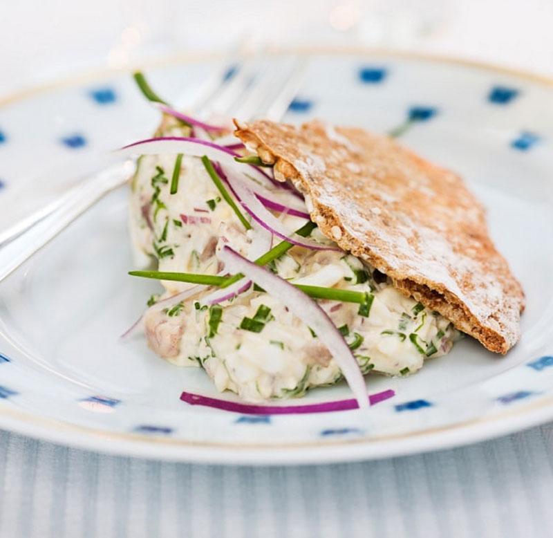 Món bánh kẹp salad trứng cá cơm.