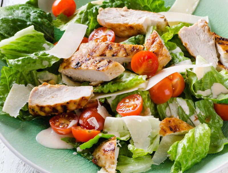 Salad rau củ với thịt gà